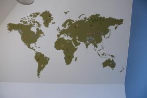 Mapa świata namalowana na ścianie w pokoju chłopca, mural ścienny, toruń
